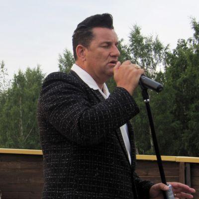 Danny Fisher tulkitsee Elviksen lauluja Piraattipuistossa Kokkolassa.