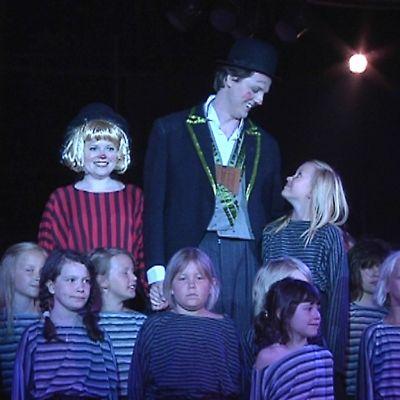 Kuvassa Papagena ja Papageno sekä lapsia Kokkolan Oopperan Taikahuilu-oopperassa