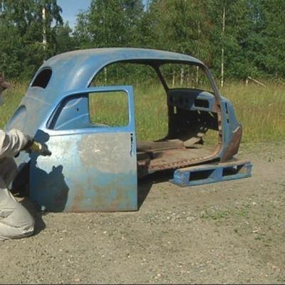 Vanhasta autosta poistetaan maalia soodapuhaltimella.