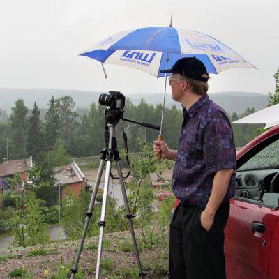 Hannu Lepola tarkkailee näkyykö taivaanrannassa ukkosia.