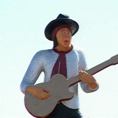 Andy McCoyn puinen patsas Pelkosenniemellä.
