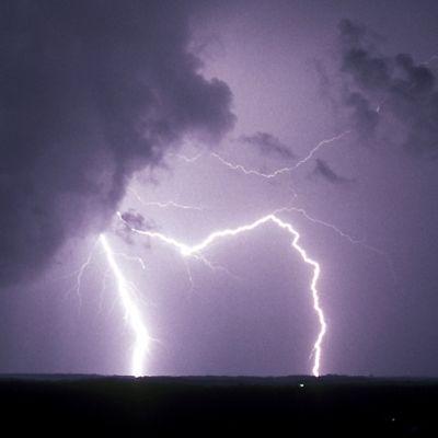 Myrskypilviä ja salamoita  tummalla taivaalla