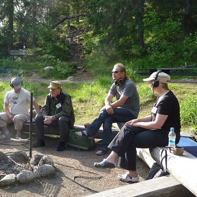 Luontoaamu keräsi nuotiopaikalle eri alojen asiantuntijoita.