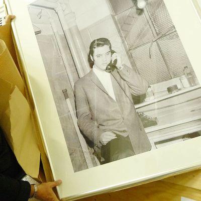 Kuvassa Kar Lindroos pitää kädessään kehystettyä valokuvaa Elviksestä