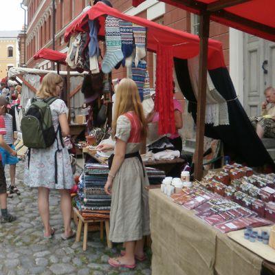Keskiaikamarkkinoiden kojuja.