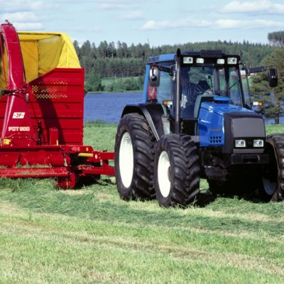 Traktori kerää heinää säilörehun tekoa varten.