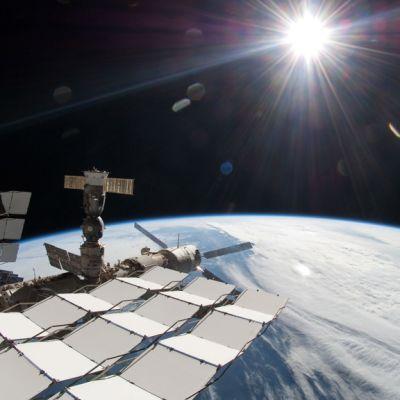 Kansainvälinen avaruusasema kiitää maapallon yläpuolisessa avaruudessa.