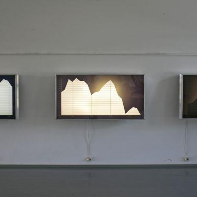 Marianne Heierin teos Landscape. Kuvassa seinällä kolme valotaulua joissa tyyliteltyjä graafeja.