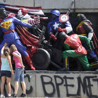 Pop-ikoneiksi maalattuja sotasankareita Bulgarian Sofiassa 17. kesäkuuta.