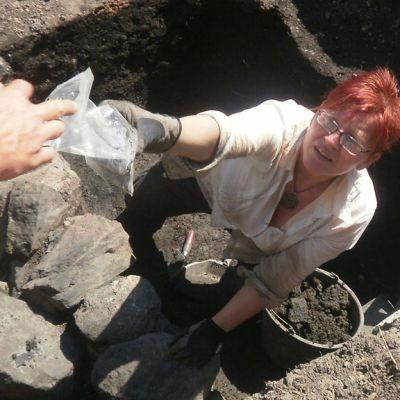 Tutkimusapulainen Päivi Repo on tehnyt arkeologisen löydön