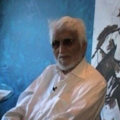 Maqbool Fida Husain maalauksensa vieressä.