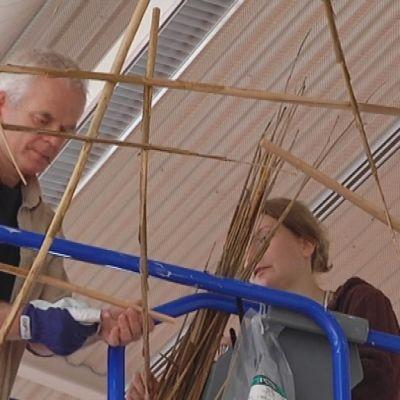 Andy Goldsworthyllä on iso urakka rakanetaa osamankäämistä seinämä Porin Taidemuseon ison hallin poikki.