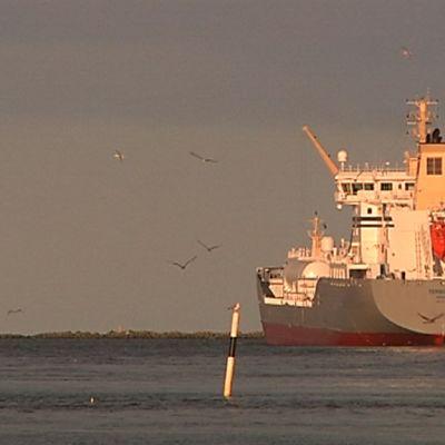 Norjalainen Tensund säiliöalus lähtee Vaasan satamasta