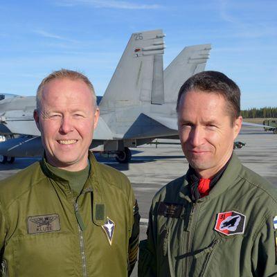 Luulajan lentotukikohdan kentällä eversti Carl-Johan Edström (vas.) ja everstiluutnantti Toni Böhm.