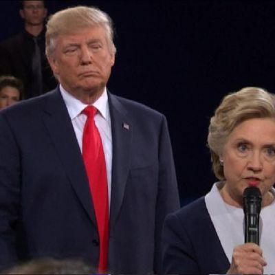 Trump taustalla, Clinton vastaa yleisökysymykseen.