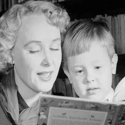 satuhetki nainen lukee lapselle kirjaa satukirja lukuhetki