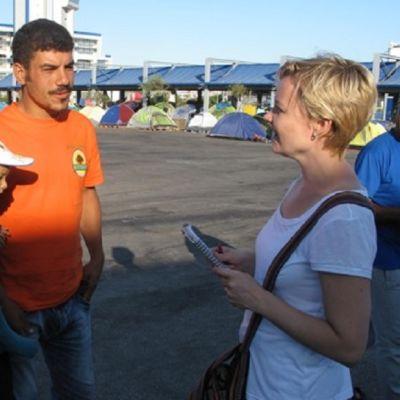 Johanna Kurki haastatteli Syyriasta tullutta perhettä toukokuussa Kreikassa Pireuksen satamaan nousseella leirillä