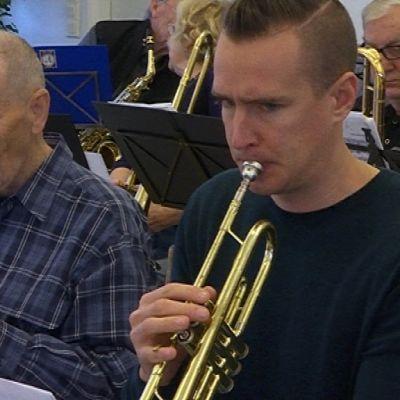 Toimittaja Karri Laihonen soittaa trumpettia.