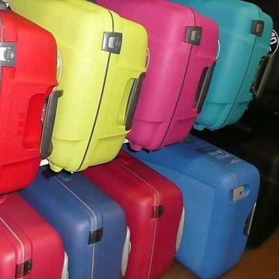Muovisia matkalaukkuja.