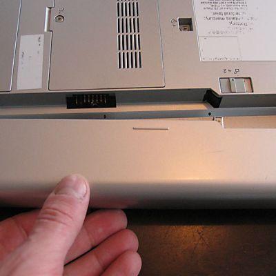 Kannettavan tietokoneen akku kannattaa irroittaa ennen kuin konetta alkaa purkamaan.