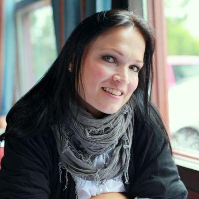 Tarja Turunen hymyilee kiteeläisen hotellin ravintolassa.