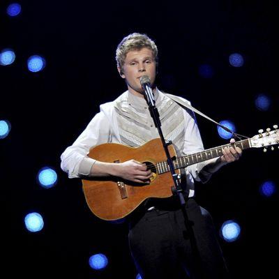 Paradise Oskar esiintyi kitaransa kanssa Euroviisujen semifinaaleissa 10. toukokuuta 2011.