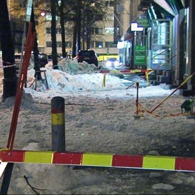 Katolta tipahtanutta lunta, varoitusmerkkejä.
