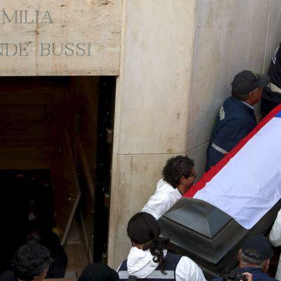 Chilen entisen presidentin Salvador Allenden ruumisarkku nostetaan hautamausoleumista.