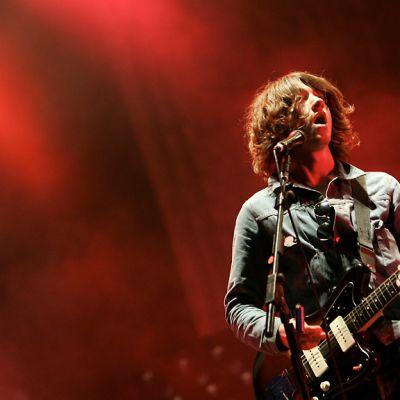 Kitaristi-laulaja Alex Turner Arctic Monkeys -yhtyeestä esiintyy.