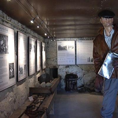 """""""Pirtua saaristosta""""-näyttelyssä on esillä kuvia salakuljetuksesta ja trokaamisessa tarvittavia välineitä."""