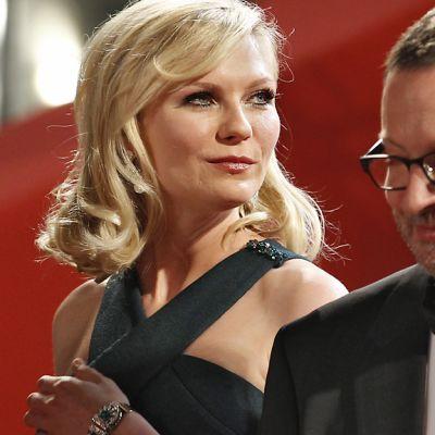 Näyttelijätär Kirsten Dunst ja ohjaaja Lars von Trier poseerasivat valokuvaajille saapuessaan Melancholia-elokuvan näytökseen 18. toukokuuta.