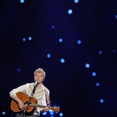 Paradise Oskar kitaransa kanssa lavalla.
