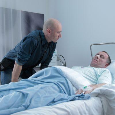 Aku Louhimies ja Sean Pertwee Vuosaari-elokuvan kuvauksissa.