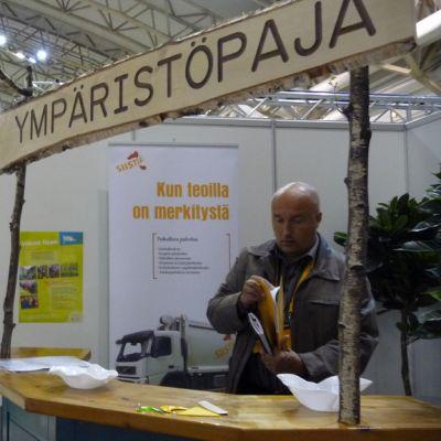 Kiinteistöpäällikkö Toni Helin ympäristöpajalla Taitaja-messuilla.