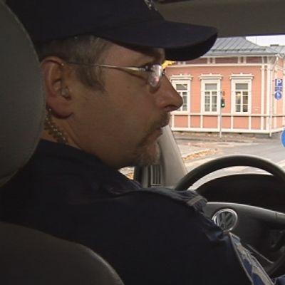 Poliisipartio ajokierroksella Kuopion keskustassa.