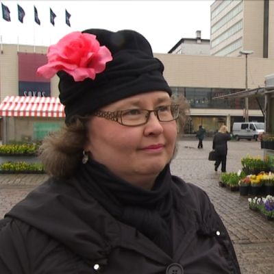 Katri Sarlund kukka pipossaan.