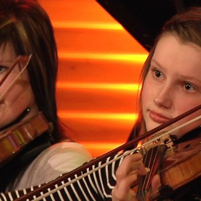 Kuvassa Fanni Koivisto (oik.) soittaa viulua suuressa jousiorkesterissa Keski-Pohjanmaan konservatoriolla