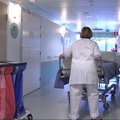 hoitaja sairaalan käytävällä