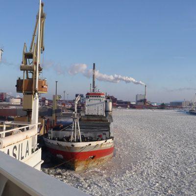 Kuvassa laivoja jäissä Kokkolan satamassa