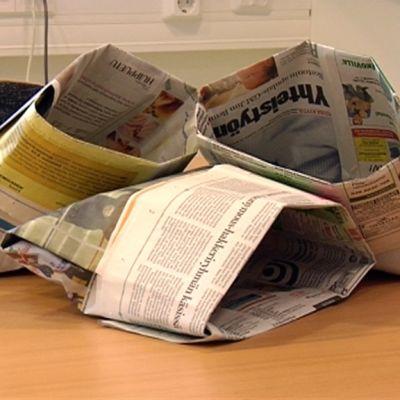 Sanomalehdestä taiteltu biojätepussi.