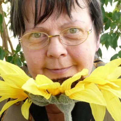 Kuvassa Irma Leppälä kasviensa keskellä.