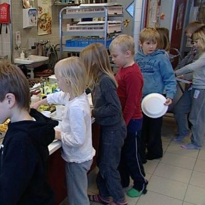 Vesangan koululla oppilaat syövät pahvilautasilta, sillä astioiden tiskaus on hankalaa ilman lämmintä vettä.