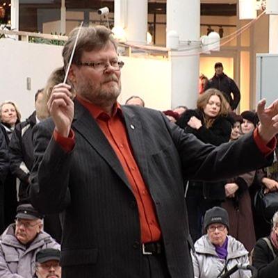 Kapellimestari Atso Almila isännöi Turun filharmonisen orkesterin konserttia Hansatorilla.