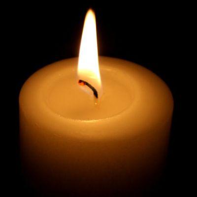 Kynttilä palaa.