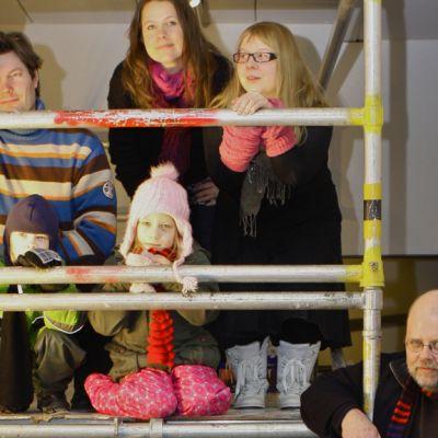Pekilon Vinttigalleriassa kuraattorin (oik.) kanssa paikkoja tutkailevat Sampsa Virkajärvi, Elina Ruohonen ja Martta Tuomaala. Mukana pilkistävät myös Sampsa Virkajärven lapset.