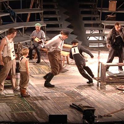 Seinäjoen kaupunginteatterin Urheat-näytelmässä urheillaan ja kisaillaan.