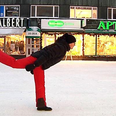 Tanssitaiteilija Maria Littow esittää oman höpsön kävelynsä Oulun Rotuaarilla.