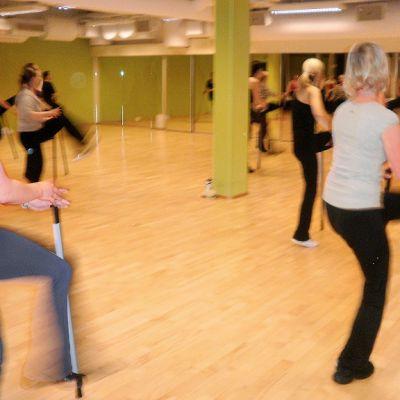 Tanssitunneille ei tarvitse tulla vakavin mielin, vaan tärkeintä on tehdä oman kehon ja mielen mukaan.