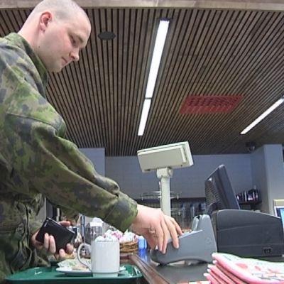 Varusmies asioi remontoidun Säkylän sotilaskodin kassalla.