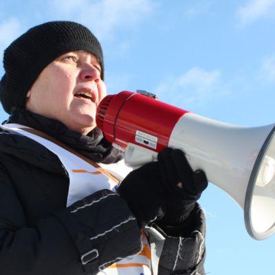 Pardian ProUnioni ry:n asiamies Leena Hiljanen puhuu kovaääniseen.